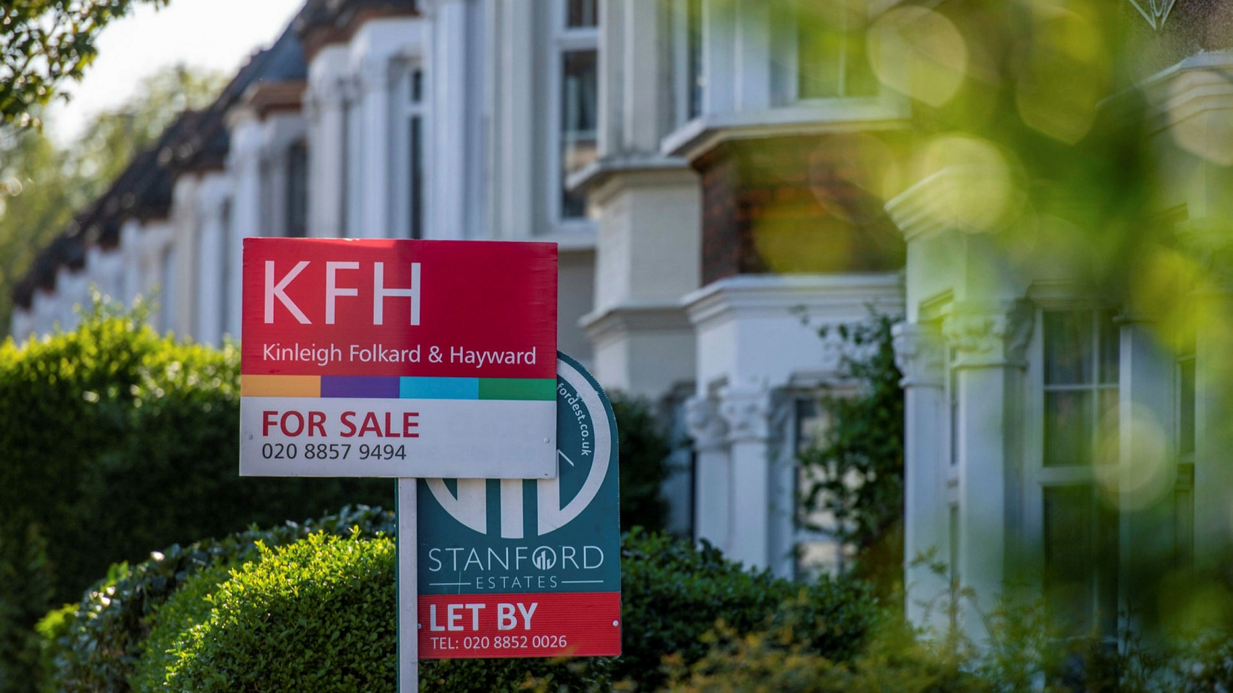 Median house prices in the UK rises by £ 25,000 in a year.